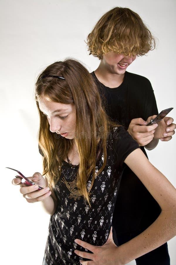 Années de l'adolescence Texting sur le téléphone portable images libres de droits