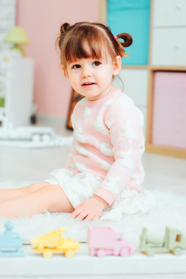 2 années heureuses mignonnes de bébé jouant avec des jouets à la maison photographie stock libre de droits