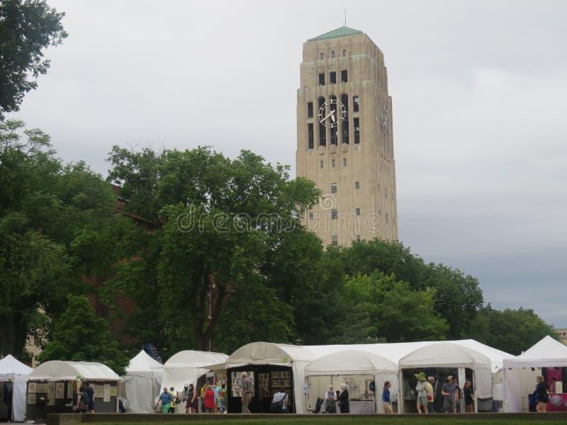 Ann Arbor Art Fair por Burton Memorial Tower fotografia de stock