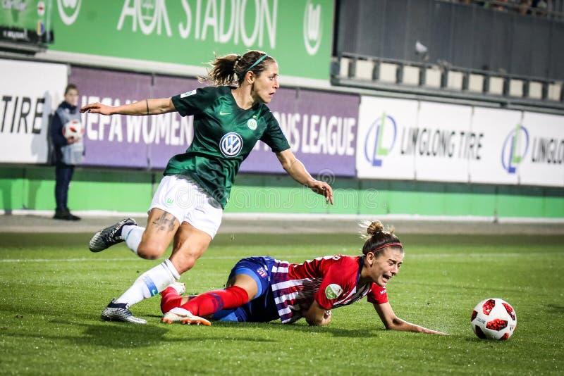 Anna Blasse en Carmen Menayo Montero in actie tijdens de Vrouwen ` s van een van de voetbalgelijke UEFA verdedigen Liga stock foto