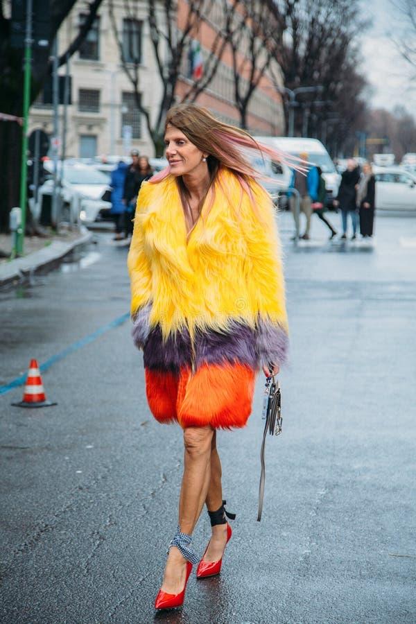 Anna Dello Russo Straßen-Art: Am 29. Februar - Milan Fashion Week Fall /Winter lizenzfreie stockfotos