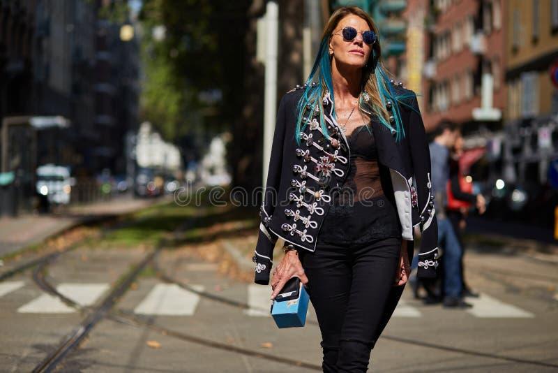 Anna Dello Russo under Milan Fashion Week royaltyfria foton