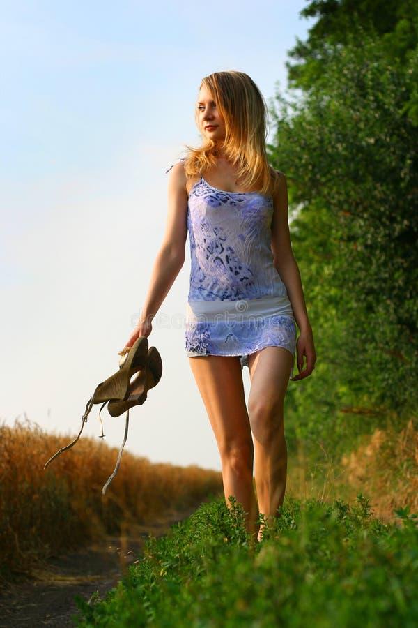 Anna, der durch Gras walnking ist stockfotos