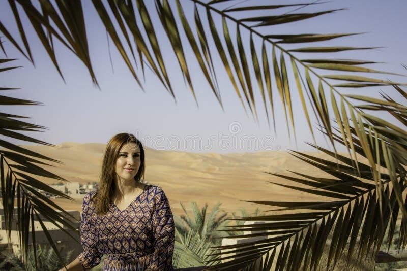 Anna modèle dans une oasis de désert photos stock