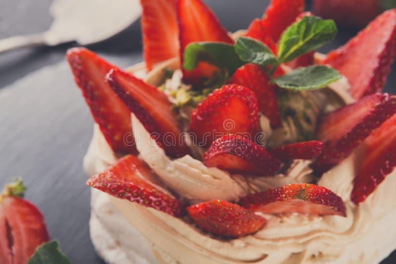 Anna Pavlova-cake met aardbei op zwarte achtergrond stock foto