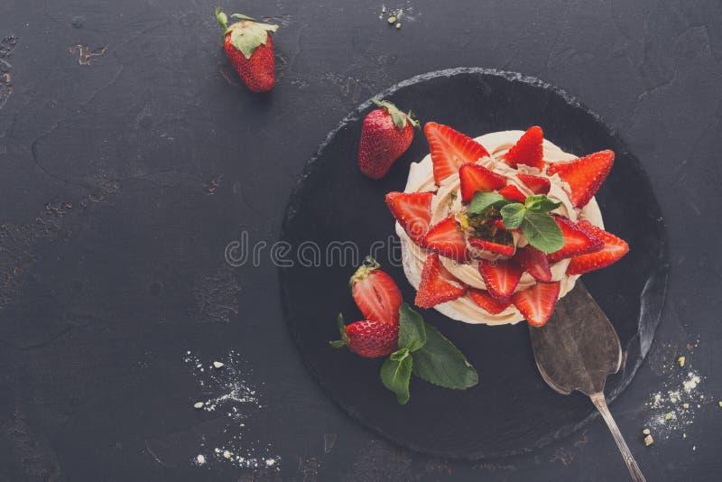Anna Pavlova-cake met aardbei op zwarte achtergrond royalty-vrije stock fotografie