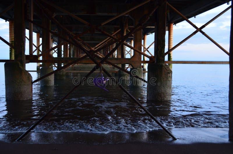 Annaffiatoio che pende dal pilastro di Teignmouth fotografie stock libere da diritti