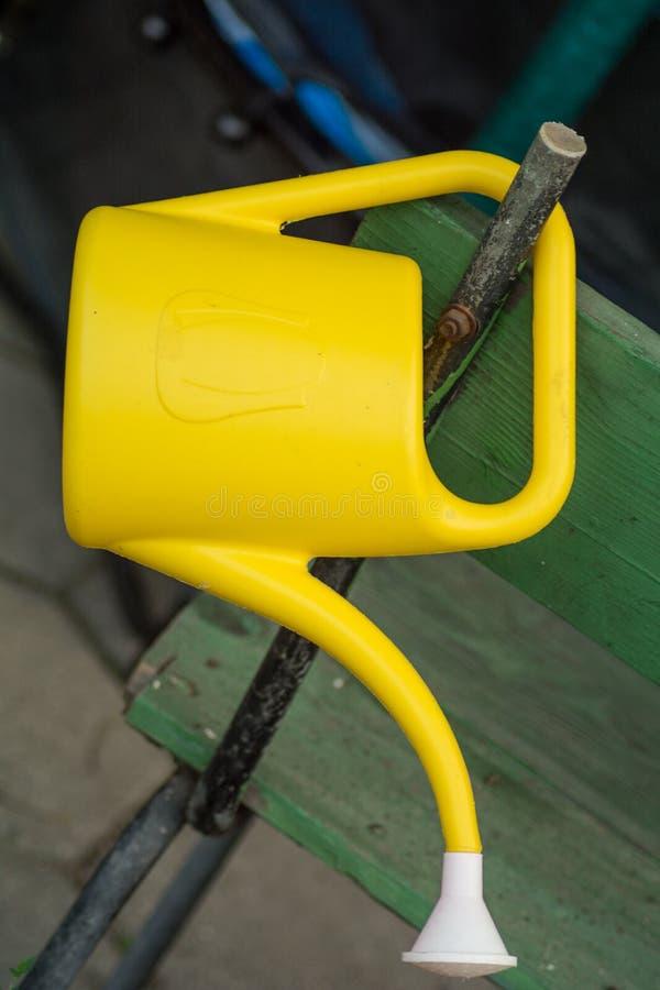 Annaffiatoio giallo immagini stock