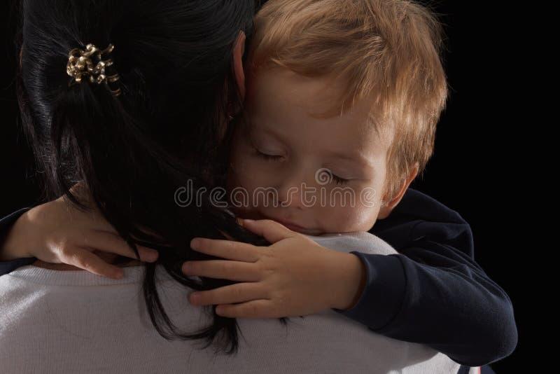 Annahmekonzept, eine Waise ist ein kleiner Junge und seine neue Mutter Glückliche Kindheit, interessierend für Kinder stockfotografie