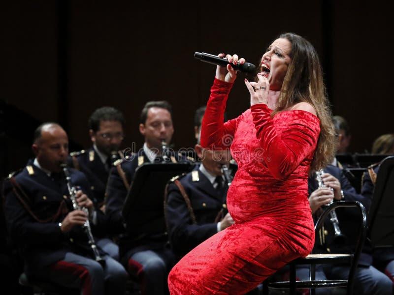 Annalisa Minetti canta in scena fotografia stock libera da diritti