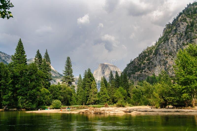 Annalkande åskväder över den Yosemite dalen arkivfoto