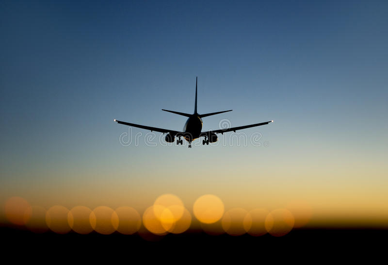 Annalkande flygplats för flygplan på solnedgången arkivbild