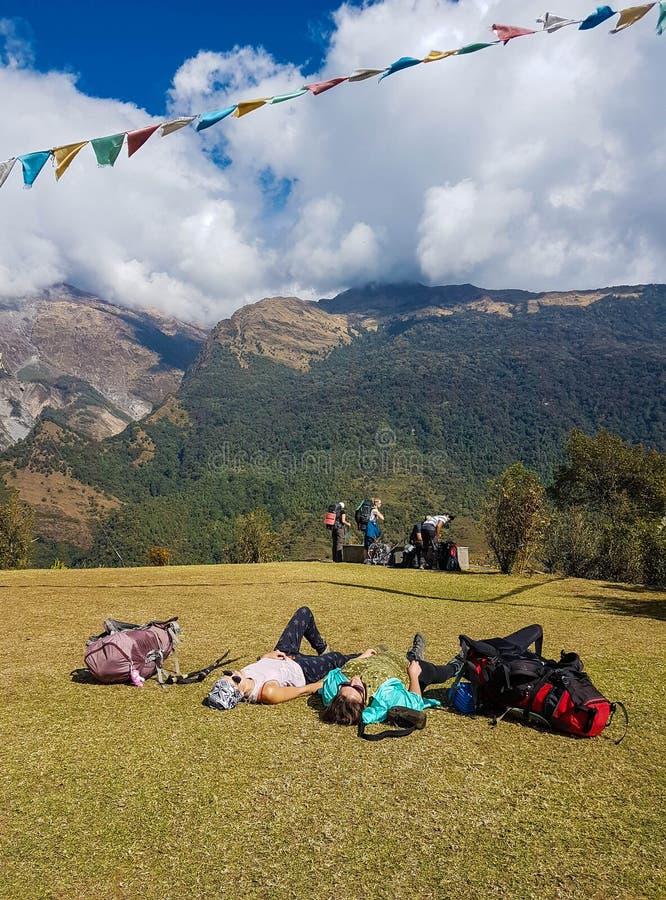 Annapurna basläger som fotvandrar treken, Himalayas, Nepal November 2018 Fotvandrare som vilar på gränden royaltyfria foton