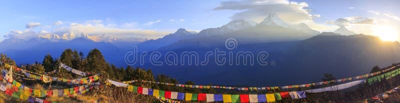 Annapurna bergskedja och panoramasoluppgångsikt från Poonhill royaltyfri bild