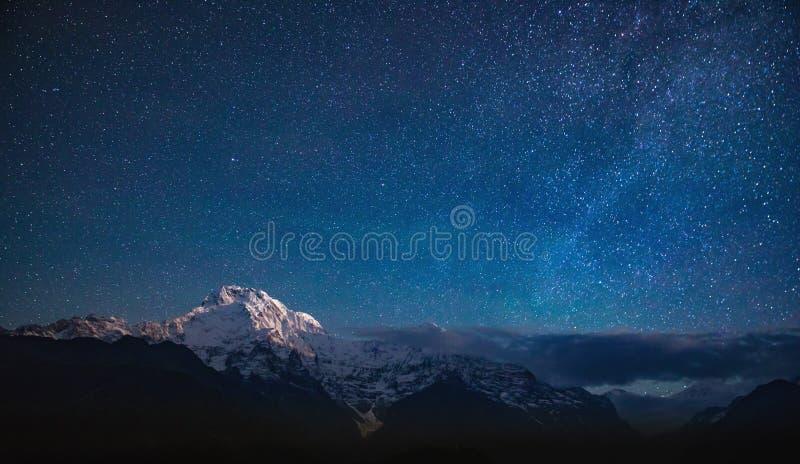 Annapurna I sotto le stelle fotografia stock libera da diritti