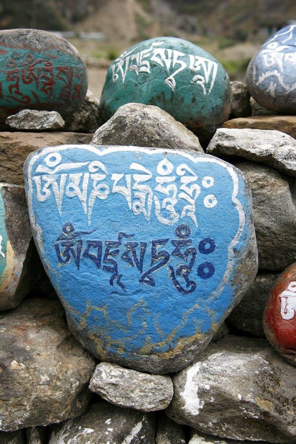 annapurna mani祷告向西藏人扔石头 免版税库存照片