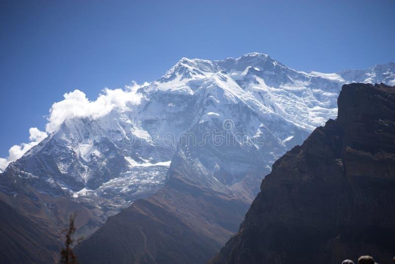 Annapurna maximum och passerande i de Himalaya bergen, Annapurna region, Nepal royaltyfria foton