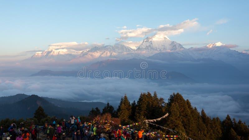 Annapurna, Nepal - November 14, 2018: Toeristen die de dageraad op Poon Hill ontmoeten 3210 m Het is het beroemde meningspunt in  stock fotografie