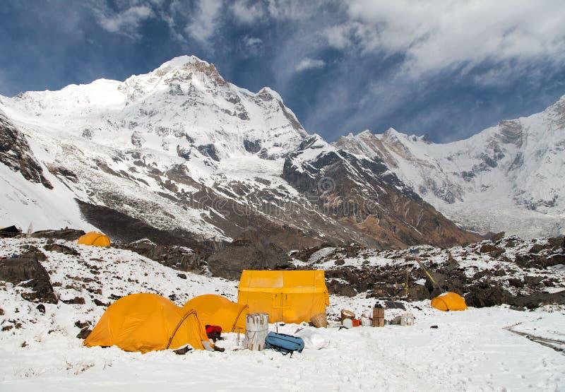 Annapurna sul do acampamento base de Annapurna da montagem com barracas fotos de stock royalty free