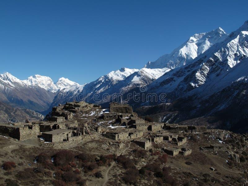 Annapurna 2 y pueblo viejo fotos de archivo libres de regalías