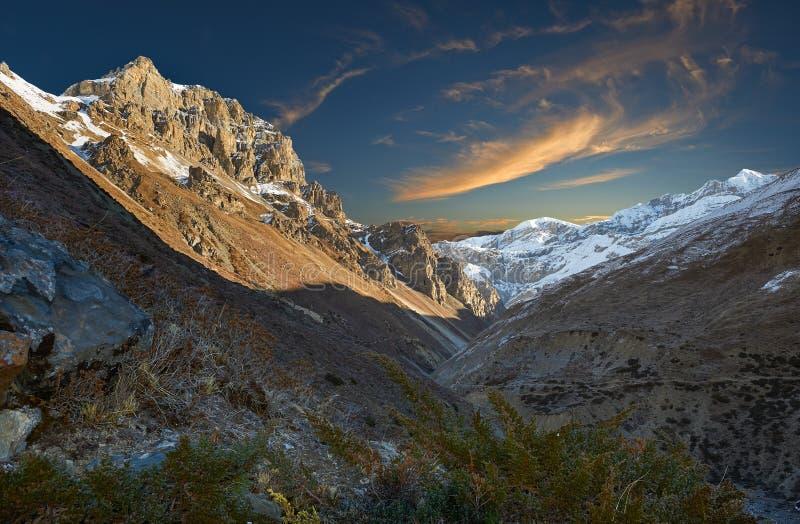 Annapurnabergen in het Himalayagebergte van Nepal stock afbeelding