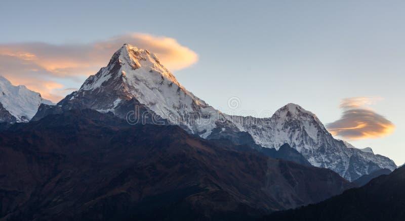 Annapurnazuiden en wolken tijdens zonsopgang zoals die van Poonhill wordt gezien stock fotografie