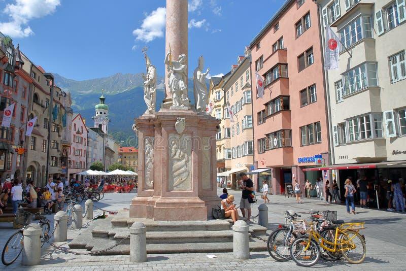 Annasaule, een oriëntatiepuntkolom met een standbeeld van Mary, op straat Maria Theresien Strasse wordt gevestigd, door kleurrijk royalty-vrije stock foto