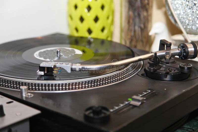 Annata analogica stereo del giradischi del vinile della piattaforma girevole retro immagine stock