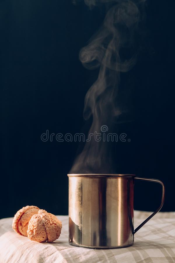 Annata blu-chiaro del fumo del caffè dei dolci del metallo del tè della tazza di calore caldo a quadretti marrone del vapore vecc immagine stock libera da diritti