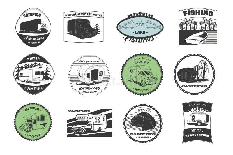 Annata che si accampa ed emblemi di avventura, logos e distintivi all'aperto Strumentazione di campeggio Rimorchio del campo nell illustrazione vettoriale
