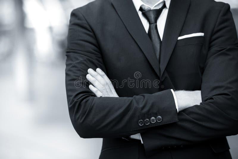Annata del braccio dell'incrocio dell'uomo di affari del signore in bianco e nero immagine stock libera da diritti