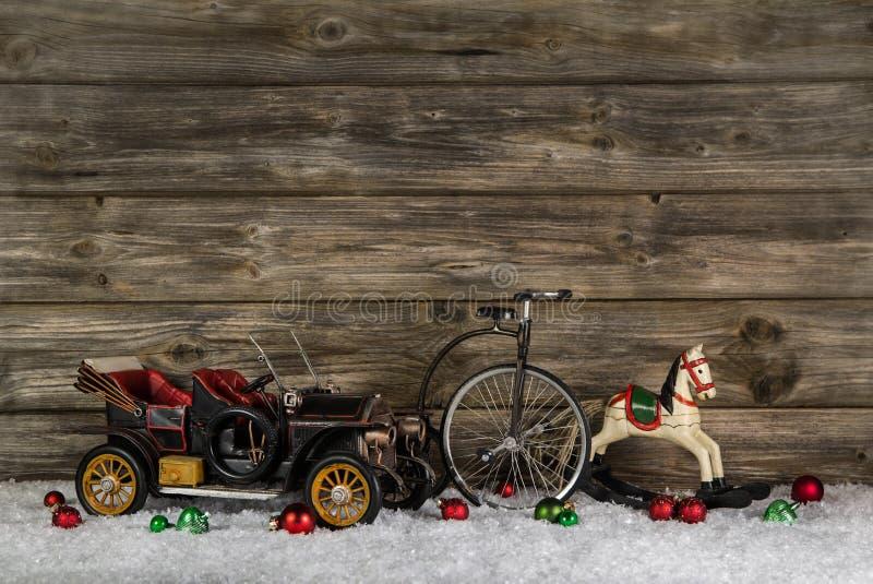 Annata: i bambini anziani gioca per una decorazione di natale - l'automobile, hor immagine stock