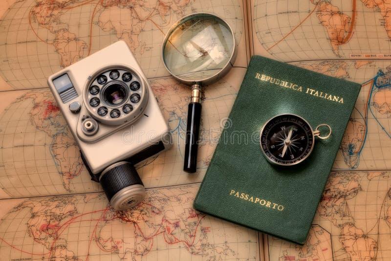 Annata, passaporto, bussola e lente della macchina fotografica su un retro atlante di mondo illustrazione vettoriale