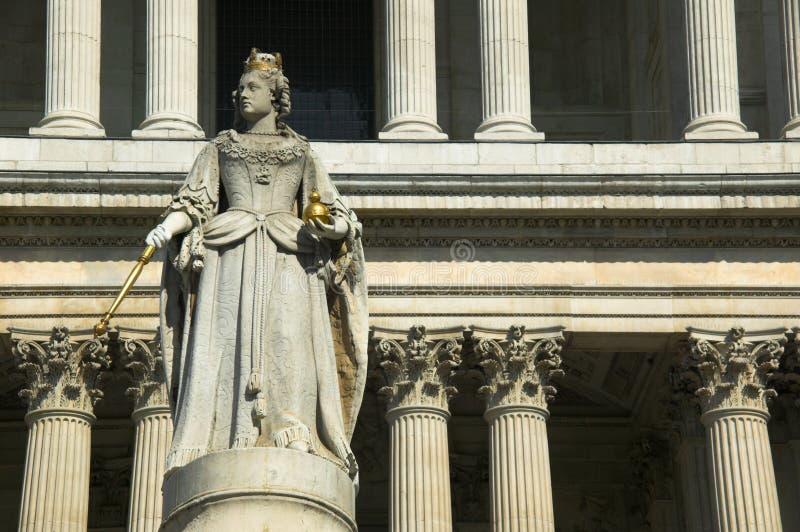 anne domkyrkapauls görar till drottning st-statyn royaltyfri foto