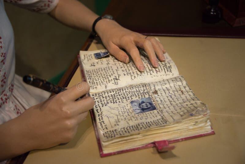 Anne Frank e um fim acima de suas mãos no museu da senhora Tussauds fotografia de stock