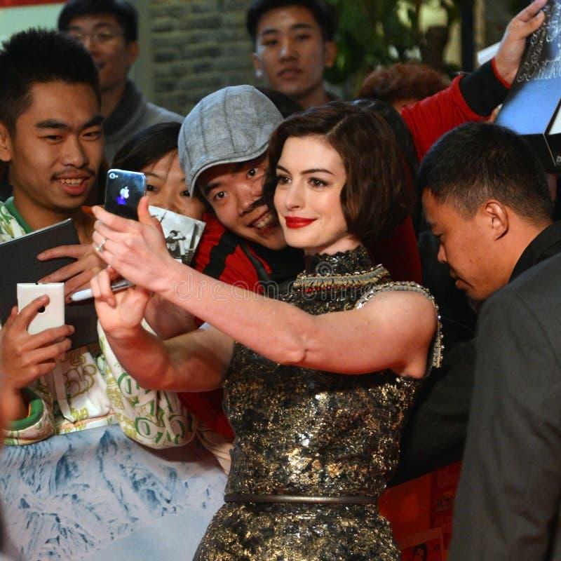 Anne Hathaway poserar för selfie med fans arkivfoto