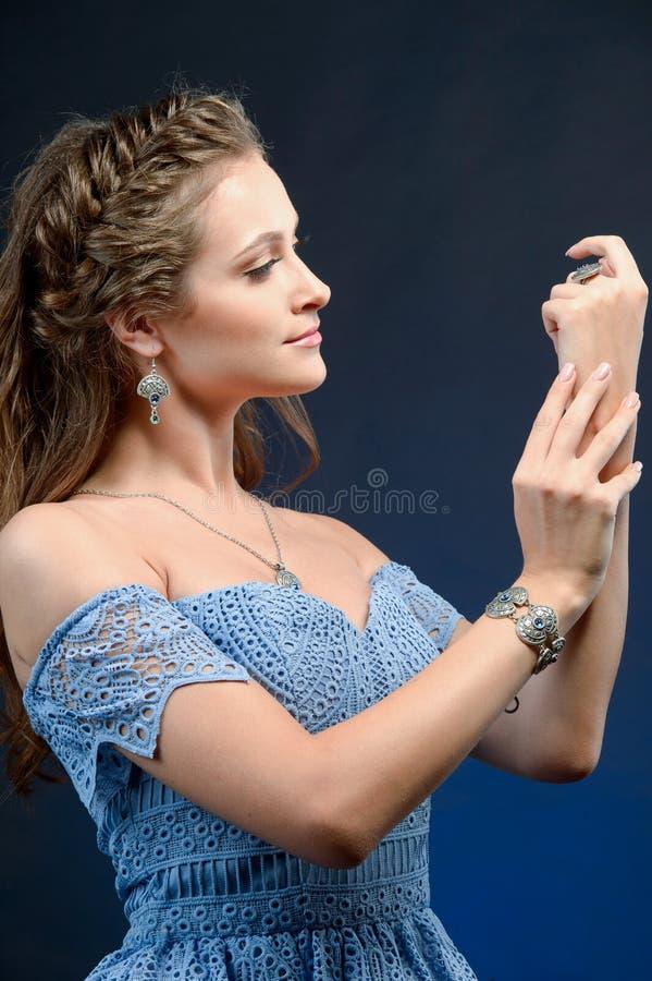 Anneau à la mode sur le doigt Fin vers le haut du port femelle de modèle ethnique photo stock