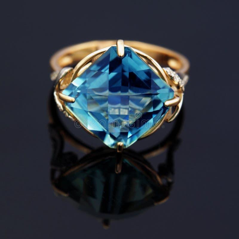 Anneau élégant de bijoux avec la topaze bleue images stock