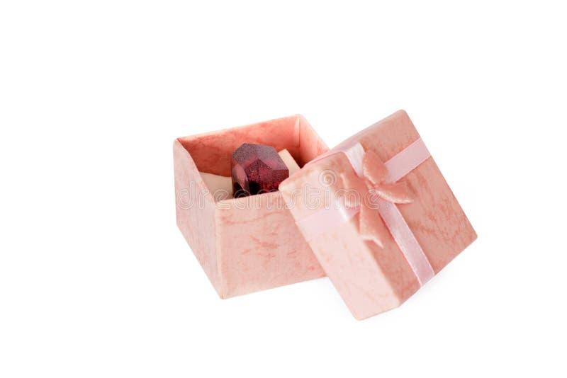 Anneau avec de la résine époxyde dans une boîte sur un fond blanc image libre de droits