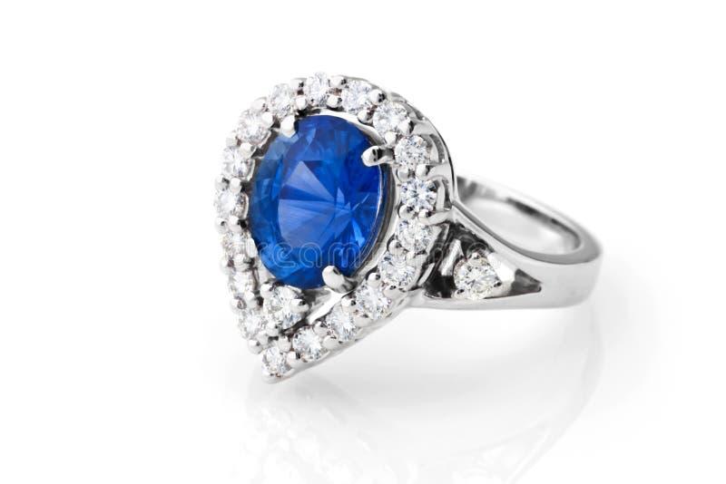 Anneau avec le saphir et les diamants photographie stock