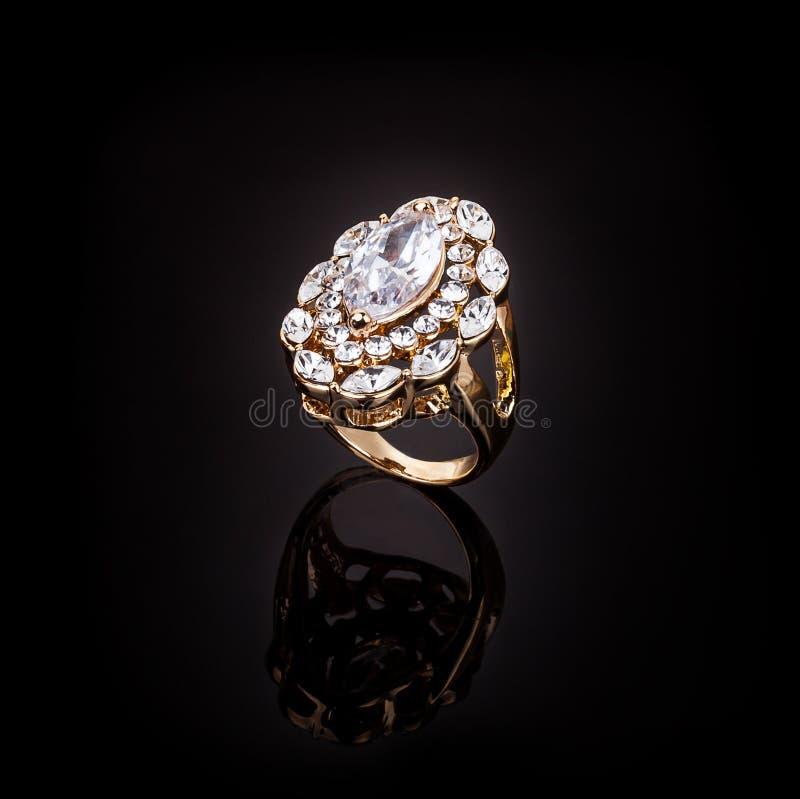 Anneau d'or avec une pierre pr?cieuse photo libre de droits