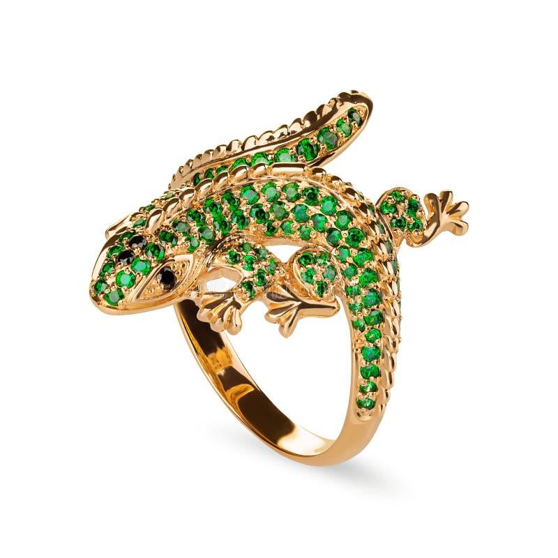 Anneau d'or de bijoux de forme de lézard avec les pierres gemmes vertes d'isolement sur le fond blanc photo libre de droits