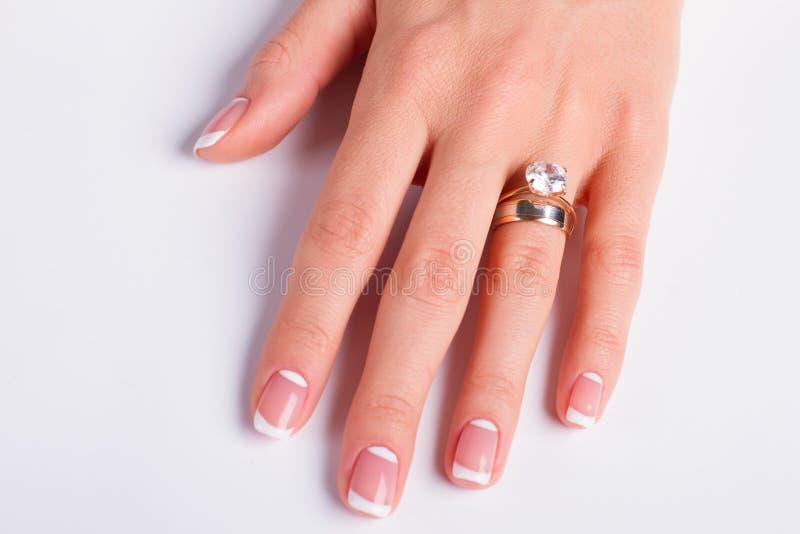 Anneau de bague à diamant et de mariage sur le doigt de la femme images stock