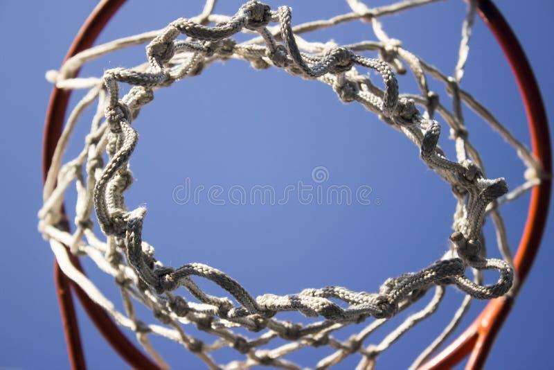 Anneau de basket-ball avec le filet blanc images libres de droits