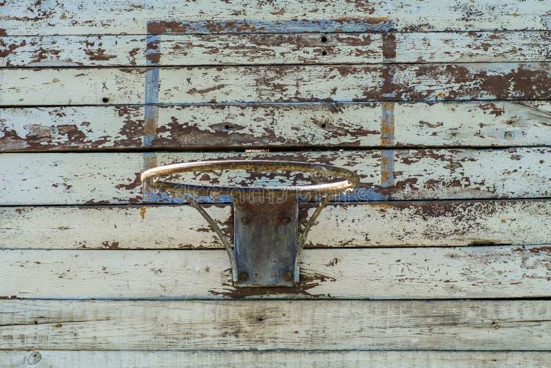 Anneau de basket-ball sur un vieux bouclier en bois photos stock