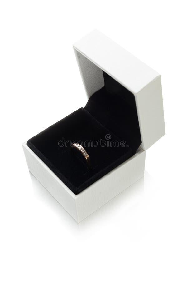 Anneau de bijoux dans la boîte, accessoire d'isolement sur le fond blanc images stock