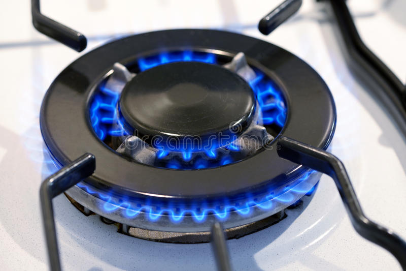 Anneau de gaz brûlant sur un dessus de fourneau images libres de droits