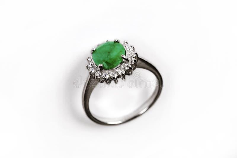 Anneau de luxe avec la gemme verte d'isolement sur le fond blanc photo stock