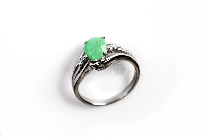 Anneau de luxe avec la gemme verte d'isolement sur le fond blanc image libre de droits