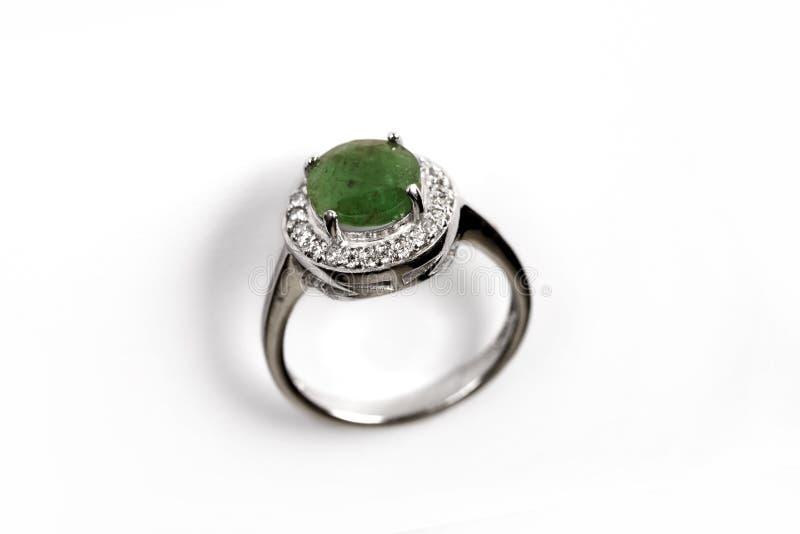 Anneau de luxe avec la gemme verte d'isolement sur le fond blanc photos stock